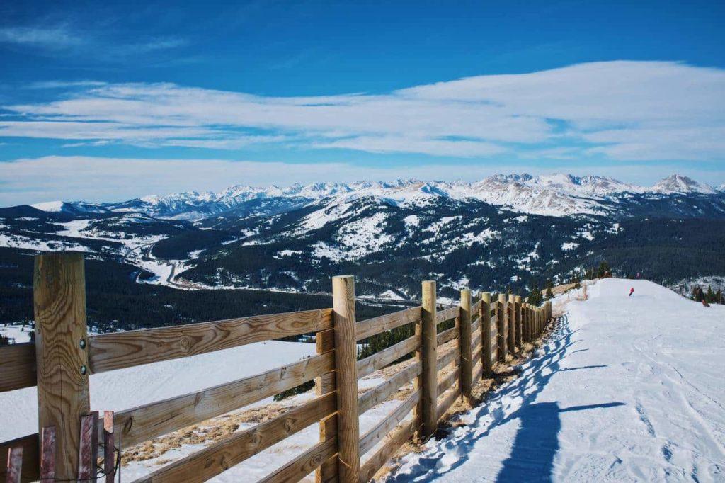 Деревянный забор на фоне гор