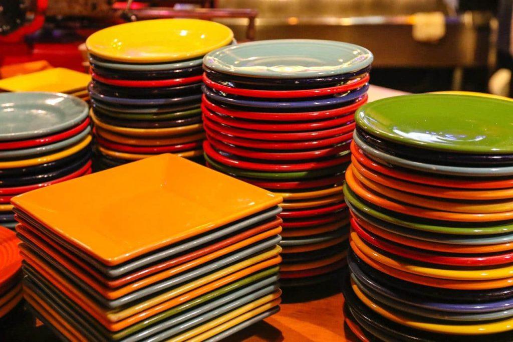 """Стопки тарелок. Слово """"стек"""" означает  """"стопка""""."""
