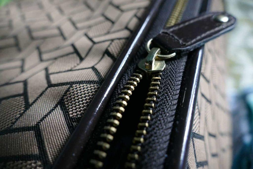 """Застежка типа """"молния"""". По-английски это zipper, отсюда zip."""