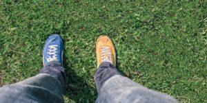 Ноги в кедах разного цвета
